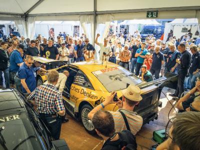 Publikumsmagneten: Der Cliff Calibra und das Astra V8 Coupé (Foto) wurden im Fahrerlager von den Rennsportfans gefeiert