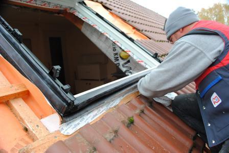 Schon beim fachgerechten Dachfenstereinbau entscheidet sich, wie gut der Hitze- und Kälteschutz sein wird.