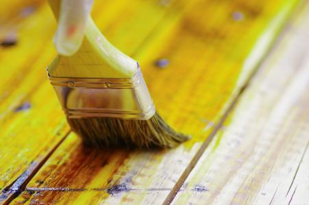 Möbel selbst lackieren: mit dem richtigen Zubehör kein Problem. Weitere Tipps rund ums Zuhause gibt es unter www.bauemotion.de. Bild: Pablo Hidalgo/123RF.com