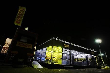 Nachtschicht in Spa: Beim 24h-Rennen in den beglischen Ardennen sind Pirelli Mitarbeiter und die Piloten rund um die Uhr gefordert