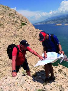 Gemeinsame Wandertourenplanung mit Ortskundigem für die nächste Gruppenreise auf die Insel Rab (Kroatien).