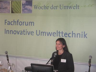 Prof. Dr. Klärle im Schloss Bellevue bei der Präsentation ihrer Forschungsergebnisse.