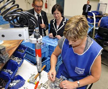 Thüringens Ministerpräsidentin Christine Lieberknecht  interessierte sich auch für die kundenbezogene manuelle Einzelfertigung in der Schlossmanufaktur