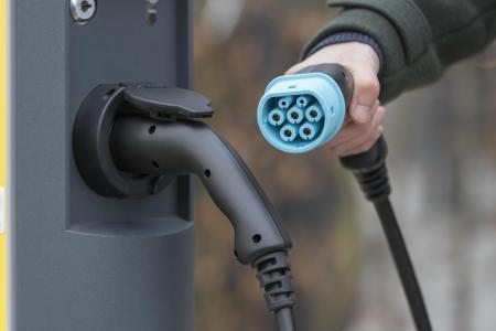 Treibstoff aus der Steckdose: Das Bayernwerk ist ein Motor beim Ausbau der Elektromobilität in Bayern. Foto: obx-news/Bayernwerk AG