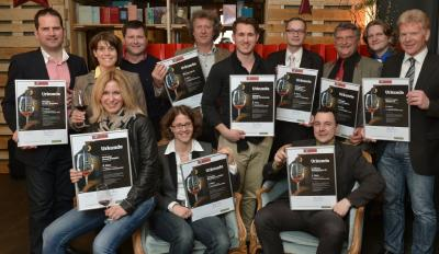 """Die glücklichen Top Ten -Winzer der Kategorie """"Deutsche Rotwein-Cuvees"""" versammelten sich im Restaurant """"Margarete"""" zum Gruppenfoto"""