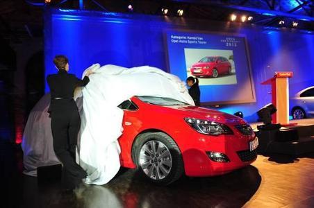 """Spannung bei der Enthüllung, im Grunde aber keine Überraschung: Das """"Auto der Vernunft"""" ist auch 2012 wieder ein Opel (Foto: Adam Opel AG)"""