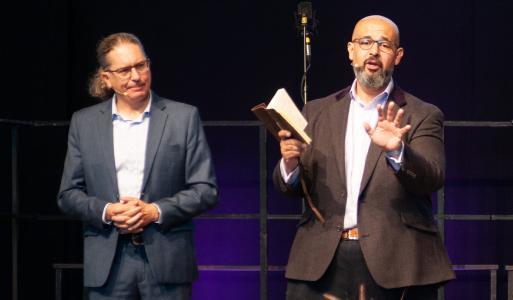 Japhed de Oliveira (re.) mit Übersetzer Dennis Meier
