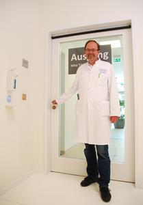 Prof. Dr. med. Jörg Braun, stellv. Ärztlicher Direktor der Park-Klinik Manhagen sowie dortiger Chefarzt für Innere Medizin, setzt auf die Nutzung von antimikrobiell wirksamen Kupfer-Türbeschlägen (Foto: Park-Klinik Manhagen\0