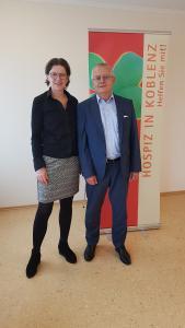 (v.l): Ina Rohlandt (Geschäftsführerin Koblenzer Hospizverein e.V.) und Michael Baulig (Vorstandsvorsitzender uniVersa), Foto: Hospizverein Koblenz e.V.