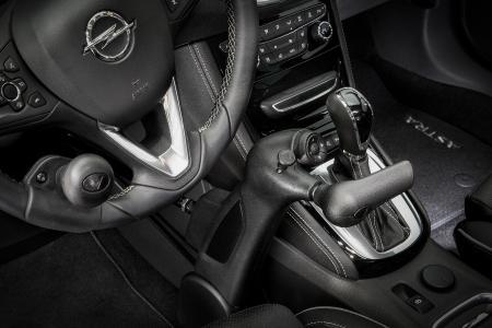 Praktischer Mobilitätshelfer: Die Veigel Commander macht körperlich eingeschränkte Fahrer mobil. Diese können so alle wichtigen Funktionen ihres Opel Fahrzeugs mit einer Hand bedienen – die andere bleibt am Lenkrad