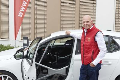 83 und72: Opel-Entwickler und AvD-Vizepräsident Volker Strycek mit Opel Corsa e-Rallye 29: Teilnehmer der DMSB Hochvolt-Schulung vor dem AvD-Haus