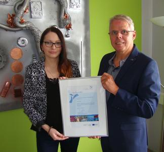 Alexandra Rohr und Uwe Schröder nehmen stellvertretend für das gesamte Cervo-Team die Mitgliedsurkunde des Bremer Umweltnetzwerkes entgegen.