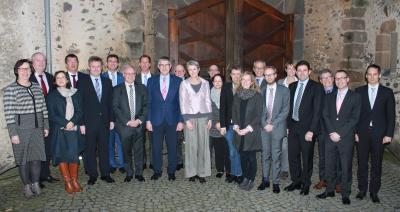 Der Sozialausschuss des Deutschen Landkreistages (DLT) tagte im Schloss Romrod. Das Foto zeigt den Gastgeber, den Vogelsberger Landrat Manfred Görig (Neunter von links) und den neugewählten Vorsitzenden des Ausschusses, Dr. Achim Brötel (Landkreis Neckar-Odenwald / Fünfter von links). Foto: Erich Ruhl-Bady