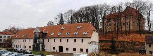 Die Renovierungsarbeiten haben bereits begonnen. Die Fertigstellung soll im September 2021 erfolgen. Alle Wohnungen haben Schlossblick.