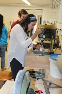 Konzentriert bei der Arbeit: Isabela Robby baut an ihrem Amphibienfahrzeug-Modell