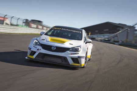 Youngster: Erstmals präsentiert Opel den Oldtimer GP-Besuchern den brandneuen Astra TCR / Foto: Adam Opel AG