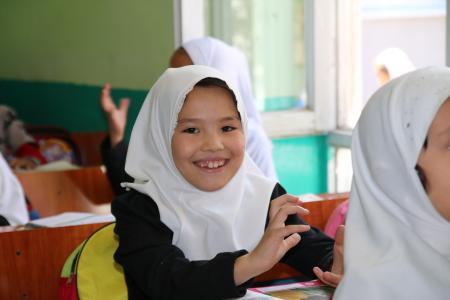 Schülerin der Helping Hands-Grundschule von Shelter Now in Kabul
