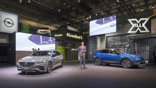 Opel-Jahresrückblick 2017: Doppelpremiere: Opel CEO Michael Lohscheller präsentiert auf der Frankfurter IAA im September den Sportler Insignia GSi und den SUV-Angreifer Grandland X