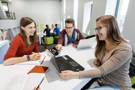 Studierende der Hochschule Osnabrück geben beim CHE-Ranking Bestnoten für Master-Studiengänge im Bereich BWL und loben unter anderem die moderne Ausstattung, den Praxisbezug und die kleinen Seminargruppen