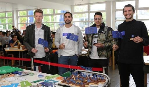 Christopher Seibel, Dennie Rodriguez, Joshua Santana und Anthony Riva legen sich gerne für Europa ins Zeug und verteilen Muffins in der Mensa der Hochschule Worms. Foto/Dorothea Hoppe-Dörwald