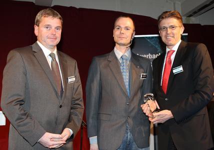 Bei der Preisübergabe von links nach rechts: Henrik Rutenbeck, Marketingchef Loewe Alexander Rösch, Chefredakteur DIGITALFERNSEHEN.de / DIGITAL TESTED Oliver Seidl, Vorstandsvorsitzender Loewe