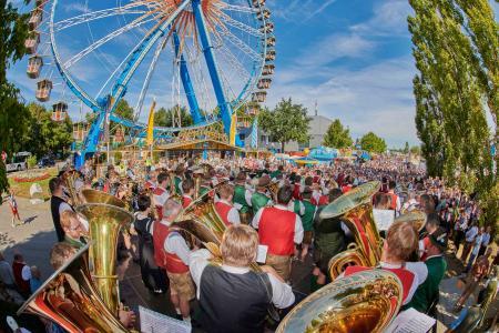 Ein Höhepunkt ist das Standkonzert der sieben Festkapellen am ersten Volksfestsonntag mitten auf dem Festplatz beim Riesenrad (11.8., 10.30 Uhr) / Foto: Fotowerbung Bernhard