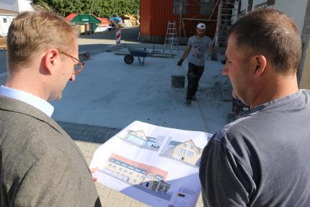 Wirtschaftsdezernent Dr. Jens Mischak (li.) und Bodo Stein mit dem Bauplan: An dieser Stelle werden rund 250 Quadratmeter auf drei Stockwerken angebaut / Foto: Gaby Richter, Vogelsbergkreis