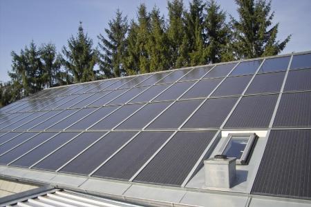 Für die Zukunft ausgebildet: Solaranlagen, vom Dachdecker montiert, können Häuser inzwischen autark mit Strom und Wärme versorgen.