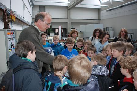 Großer Andrang im Labor für elektrische Maschinen: Ingenieur Martin Kröger (links) führte Schulkinder mit vielen Experimenten in die faszinierende Welt der Physik ein. Auch die Eltern waren begeistert