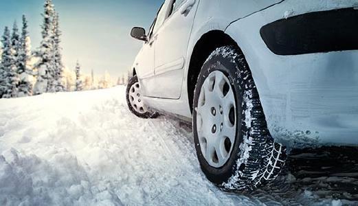 Auto seitlich von schräg hinten, nur untere Hälfte, festgefahrene Schneedecke