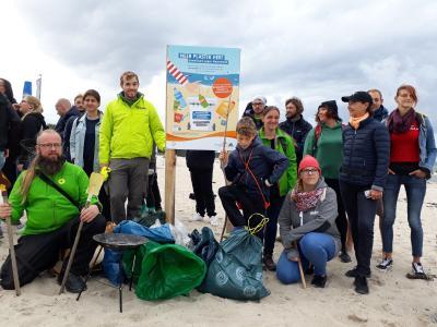 Die Funde der Müllsammelaktion am Strand von Warnemünde. Das Schild weist auf eine Recyclingtonne in der Jugendherberge Warnemünde hin, in der Strandbesucher Hartplastik zum recyclen entsorgen können, Quelle: DJH-MV