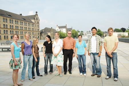 Übten schon einmal den kulturellen Austausch: Prof. Peter Mayer (6 v.l.) mit deutschen und koreanischen Studierenden der WiSo-Fakultät.