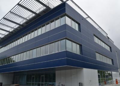 Klimaschutzprogramm: Auch die Gestaltung von energetisch optimierten Fassaden gehört zum Dachdeckerhandwerk.