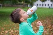 Regelmäßiges Trinken hilft Herzkindern wie Dzenan