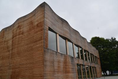 Mit markantem Schwung zum Energiesparen – die Fassade aus Holzelementen.