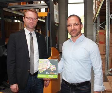 Spielwelle-Geschäftsführer Sven Eichhorn erläutert dem Ersten Kreisbeigeordneten Dr. Jens Mischak die breite Angebotspalette der Vertriebs-GmbH in Romrod.  Foto: Erich Ruhl-Bady