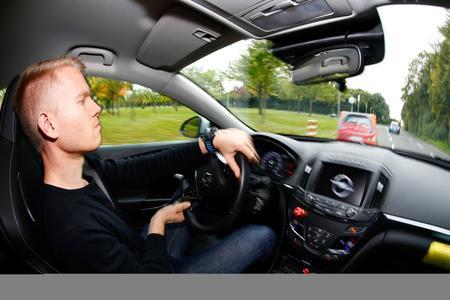 Forschungsprojekt UR:BAN  - Zusammenarbeit: Nach dem automatischen Lenkeingriff greift der Fahrer ein und manövriert den Opel Insignia sicher um das plötzlich aufgetauchte Hindernis © GM Company