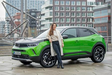 Mina Tander ist begeistert vom rein elektrischen Opel Mokka-e