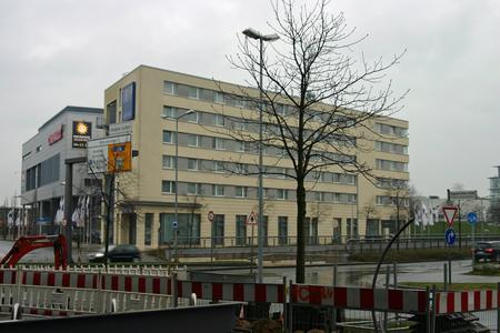 Das Hotel war vor gut einem Jahrzehnt in schmuckloser kompakter Bauweise entstanden und präsentierte sich seitdem in einem dem damaligen Geschmack entsprechenden gelblichen Farbton. Sein Erscheinungsbild hielt mit der Hochwertigkeit des Angebots längst nicht mehr Schritt, Foto: Caparol Farben Lacke Bautenschutz/Axel Schmidt-Adlung