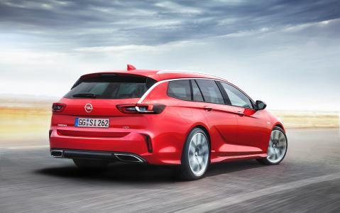 """Was für ein Anblick: Scharf geschnittene Flanken, integrierte chromumrandete Endrohre und markanter Heckspoiler – der neue Opel Insignia GSi Sports Tourer macht Lust auf den ersten """"Ritt"""""""