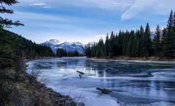 """Eine neue Fernreise entführt in den """"Winterzauber der Kanadischen Rockies"""". Hier Bow Lake bei Banff"""