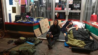 Pastor Wolverton (links) bei seiner zweiten Übernachtung mit Obdachlosen (© Foto: Adventist Record)