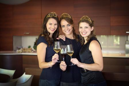 Deutsche Weinhoheiten v.l.n.r. Christina Schneider, Lena Endesfelder und Mara Walz (Quelle   DWI)