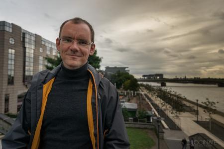 Professor Steffen Wendzel begibt sich auf die Spurensuche digitaler Geheimnisträger (Foto/Elocinate Photograph)