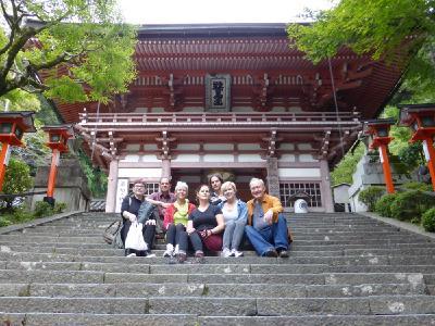 Teilnehmer der Reiki-Japan-Reise vor dem Eingang des heiligen Berges Kurama in der Nähe von Kyōtō.