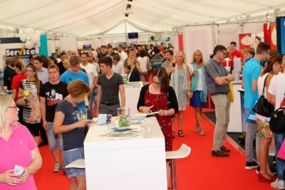 Entlang des roten Teppichs präsentieren sich bei der 14. jobmesse osnabrück mehr als 120 Austeller. Foto: Barlag