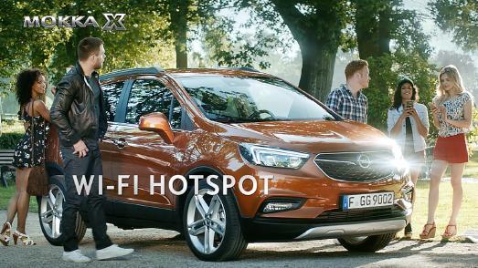 Außergewöhnlich beliebt: Ken Duken (2.v.l.) zeigt mit einem Augenzwinkern, wie sexy und anziehend der WLAN-Hotspot von Opel OnStar sein kann