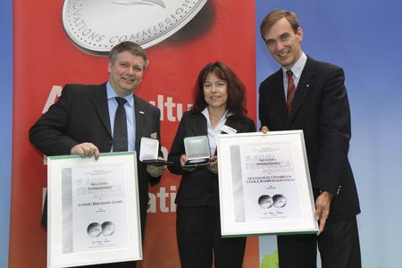 Übergabe der Silbermedaille an Prof. Dr.-Ing. Bernd Johanning (li.) und Dr. Jutta Mittendorf-Bergmann.durch den Präsidenten der DLG Carl-Albrecht Bartmer (re.)