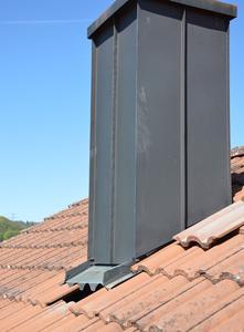 """Bei einem DachCheck werden oft erst Mängel wie an dieser Kamineinfassung und -bekleidung sichtbar, die schon lange """"schlummern"""""""