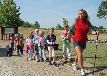 Mit zwei Stöcken die Natur entdecken ? Kostenloses Nordic Walking für Kinder an der ostsee*laufküste / Foto: Irene Thies